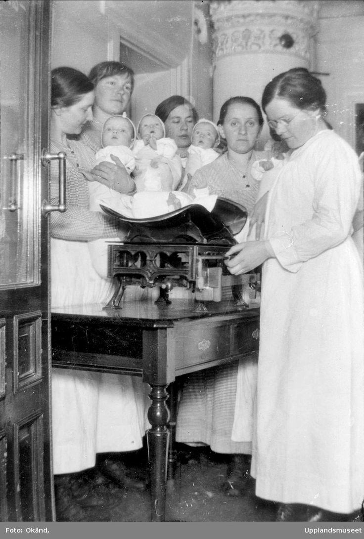 Vägning av spädbarn, Gillbergska barnhemmet, sannolikt Tullgarn, Uppsala 1920