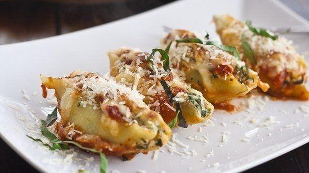 Фото к рецепту: Ракушки, фаршированные шпинатом и сыром