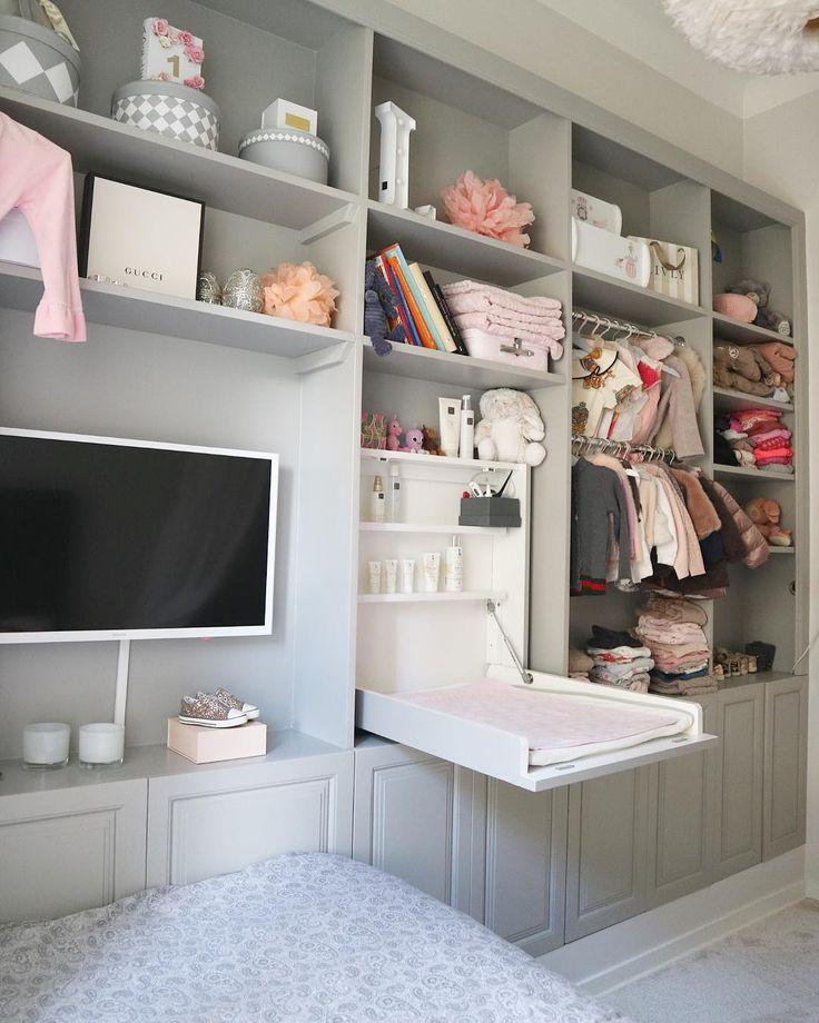 Detta är min dotters rum där jag designat en platsbyggd bokhylla/garderob för att skapa mer förvaring, både praktiskt och snyggt ☝✔️ heltäckningsmattan gör det så otroligt ombonat. Detta är helt klart mitt favorit rum i hela lgh  #babyroom #baby #home #babyroomdecor #babyroomdesign #babyroominspo #renovering #kidsroom #luxury #luxuryhome #architecture #archtect #home #design #interior #interiorhome #interiordesign #designer #homedecor #modern #instahome #instadesign #interiordesign #i...