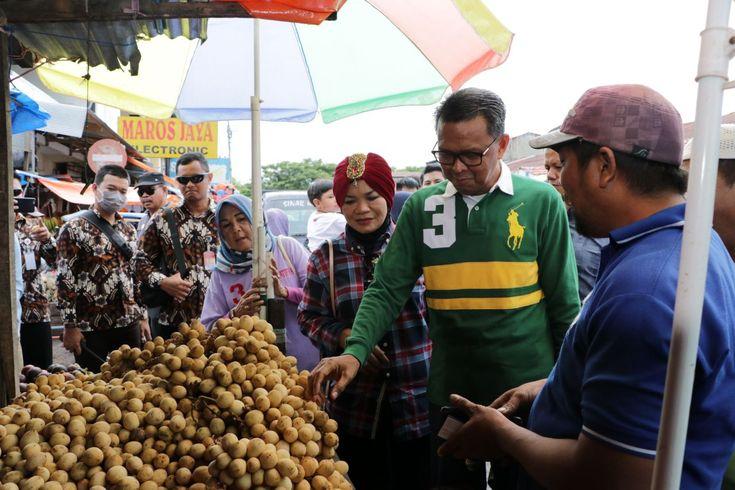 Nurdin Abdullah Blusukan di Pasar Maros