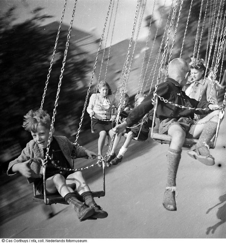 Cas Oorthuys/ In de zweefmolen op kermis, bevrijdingsfeesten, Amstelveld, Amsterdam (1945)
