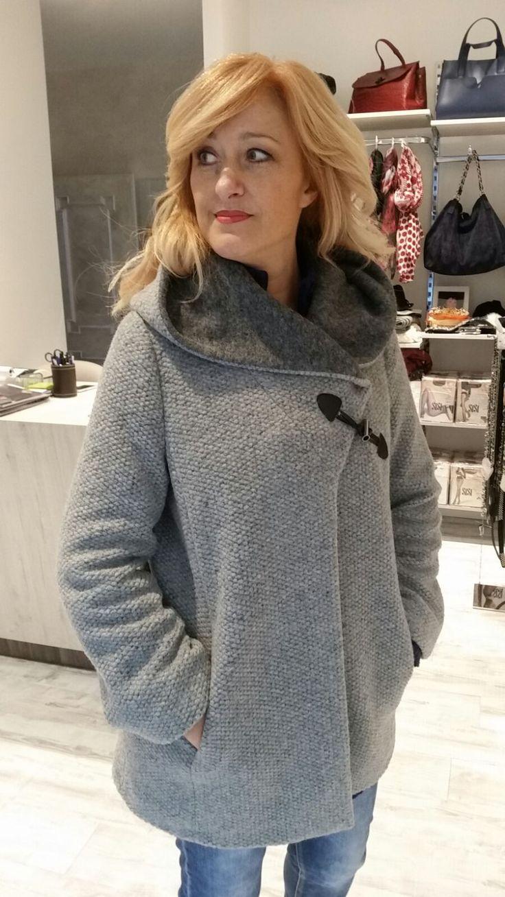 Cappottino in lana con cappuccio.