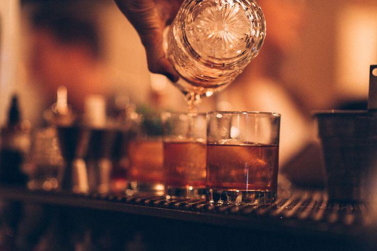 Välkommen till en rustik och industriellt ruff källare på Tegnérgatan 37 i  Vasastan. En mötesplats för stora och små sällskap där Sydamerikanska  smaker och gemenskap står i centrum. Ett öppet kök som skapar ett närmre  möte mellan dig och våra kockar.Mitt i lokalen ligger vår bar, som är  stor nog för både mat eller några drinkar. Läs mer om vår meny eller boka  ett bord lite längre ner, välkomna!