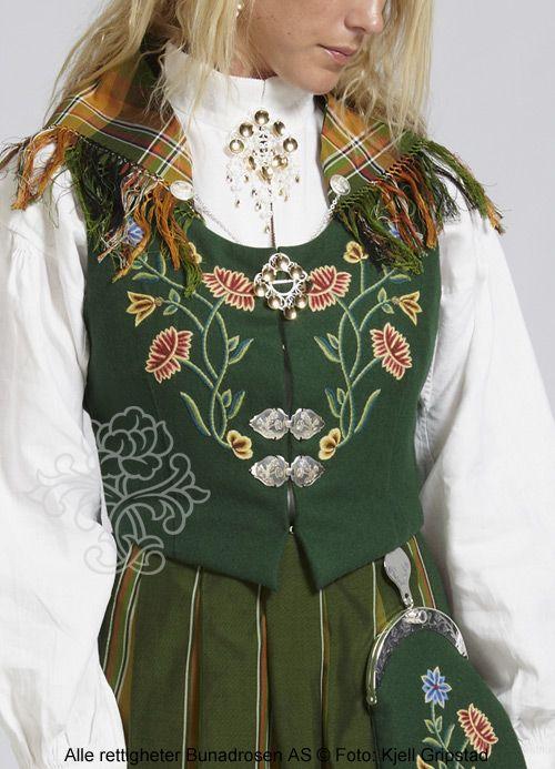 Grønn Nordlandsbunad i klede.