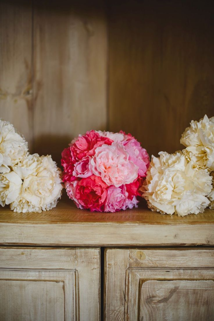 Hand made paperflower bridal bouquet in pink and paper flower bridesmaids bouquets in eggshell. Cake & Confetti Weddings. Photo by Quemcasaquerfotos
