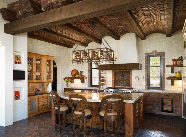 Кухня в испанском стиле: деревянный потолок