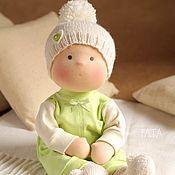 Купить или заказать Вальдорфская кукла в интернет-магазине на Ярмарке Мастеров. Добрая ласковая вальдорфская куколка, сшита полностью из натуральных материалов по традиционной вальдорфской технологии из хлопкового трикотажа, набивка - овечья шерсть, для волос используется шерстяная пряжа. Волосы вшиты равномерно по всей голове, их можно расчесывать и делать разные прически. Куколка сидит сама, без опоры. Для вертикальной позы требуется подставка.