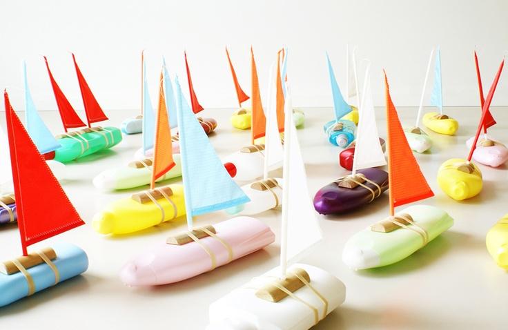 Een lege shampoofles kun je weggooien maar je kunt er -door een simpele toevoeging ook een 'echt' bootje van maken.
