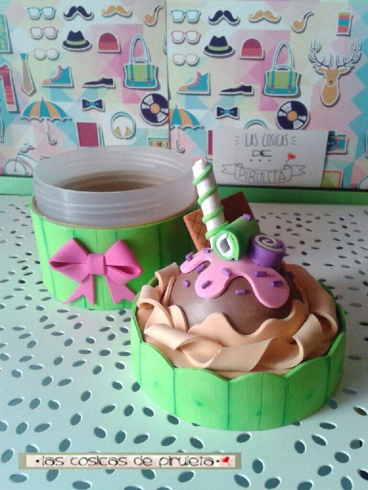 """Tarro de crema de manos forrado a mano en goma eva, con forma de cup cake, con detalles en forma de dulces y golosinas. De """"Las cosicas de piruleta"""", de color verde,"""