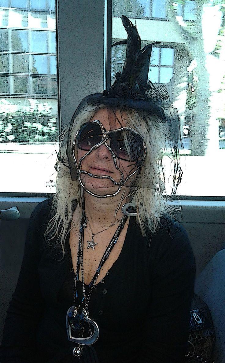 Una divina apparizione, in viaggio sul bus alla volta del cimitero, ne approfitta per indossare sul volto un particolare strumento antiputrefazione.  http://libristellari.webnode.it