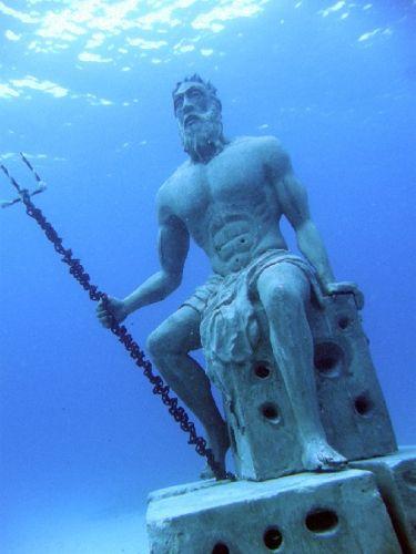 ¿ Sabías qué en San Andrés, Colombia hay una escultura de Poseidón bajo el agua ? conoce más sobre esta majestuosa obra :D poseidon sculpture underwate
