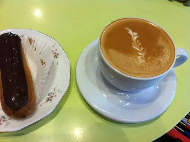@Marilou Cupcakes!!! Hot art latte coffee and chocolate eclair !!!! Mmmm!!! Στα Μαριλού Cupcakes ζεστός art latte καφέ και φρέσκο σοκολατένιο Εκλαίρ!!!!