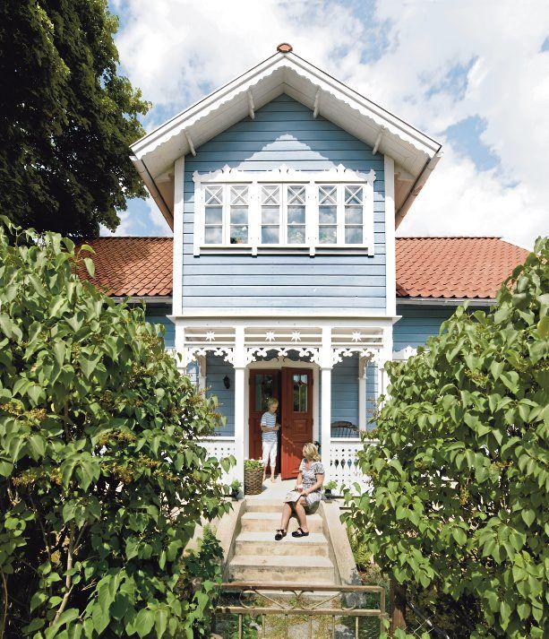 Huset från 1889 har strukits med blå linoljefärg. Åsa och Wilmer njuter i solen.