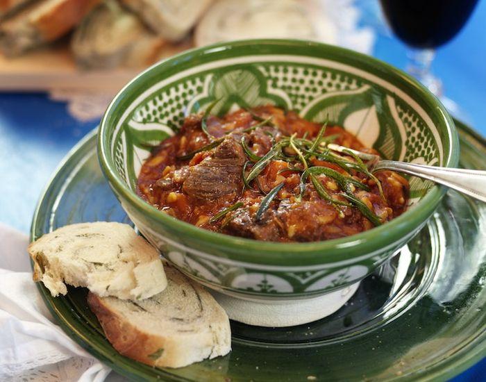 Græsk gryderet med oksekød, hvidvin og grøntsager - Måltid