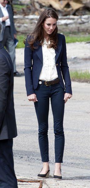 Na primeira viagem oficial depois do casamento, Kate escolheu um tradicional terninho jeans azul escuro para embarcar para o Canadá (06/06/2011)