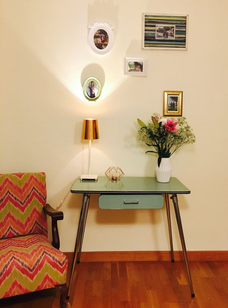Mesa de formica, antiguamente las encontrábamos en las cocinas. En el salòn luce mejor.