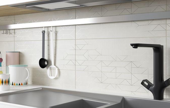 Oszczędny dobór dodatków, jasne, proste meble o geometrycznych kształtach i lustra o dużej powierzchni to idealny zestaw, który optycznie powiększy niewielkie przestrzenie dzisiejszych łazienek i kuchni.