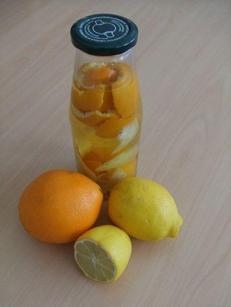 Adoucissant vinaigre agrumes Laissez dans le bocal entre 2 et 3 semaines, en secouant de temps en temps. Une fois le temps écoulé, le vinaigre aura perdu de son odeur forte et laissera la place à une bonne odeur d'agrume. Filtrez et mettez dans une bouteille en verre.
