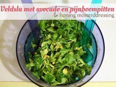 Snel en makkelijk recept voor een heerlijke salade van veldsla, avocado, pijnboompitten en zelfgemaakte honing mosterddressing. van: www.mizflurry.nl