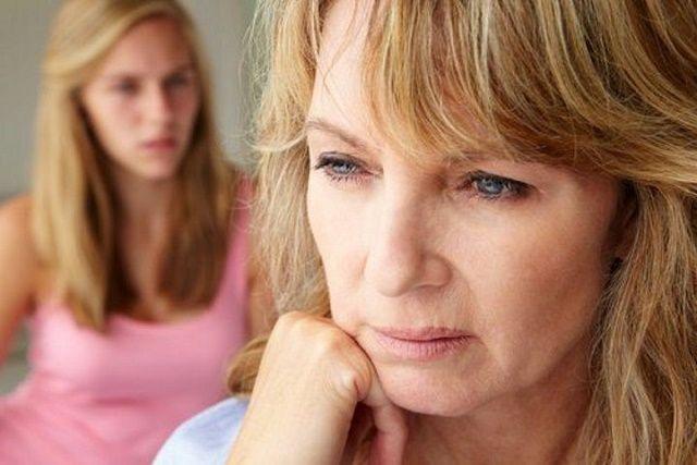 Vamos falar de menopausa agora.Sabemos que não é um assunto muito confortável para a maioria das mulheres, mas ninguém pode negar sua importância.A menopausa ocorre geralmente entre os 40 e 50 anos de idade.Ela marca o fim da ovulação e menstruação.