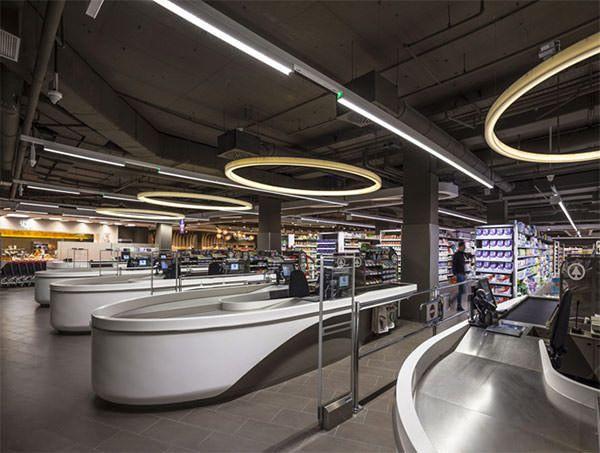 ハンガリーのデザイン会社、LAB5 architects が手がけた新プロジェクトは、首都ブダペストにある大手チェーンスーパー ・ SPAR の、フラッグシップ店のデザインです。 波のように隆線的な、ウッドのラインに引 …
