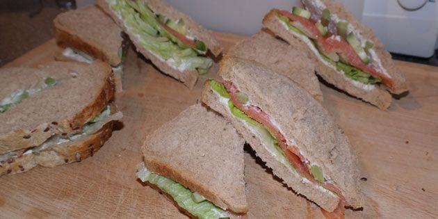 Dejlig opskrift på sandwich med røget laks, sprøde grøntsager og cremet flødeost, som friskes op af lime.