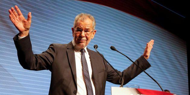 INTERNATIONAL - L'écologiste libéral Alexander Van der Bellen a nettement remporté le second tour de la présidentielle autrichienne ce dimanche 4 décembre, selon les projections de la télévision publique autrichienne, devançant le candidat du parti d'extrême droite (FPÖ) Nobert Hofer, dont le camp a reconnu sa défaite.