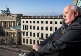 """8-Nov-2014 14:24 - GORBATSJOV FEL OVER WESTEN BIJ MUUR. De voormalige Sovjetleider Michail Gorbatsjov heeft in Berlijn harde kritiek geuit op de Westerse sancties tegen Rusland vanwege de Oekraïne-crisis. Het Westen zet met deze maatregelen alle vooruitgang van de afgelopen 25 jaar op het spel, waarschuwde hij bij een evenement ter herinnering aan de val van de Muur, morgen precies 25 jaar geleden. """"De wereld staat op de drempel van een nieuwe Koude Oorlog. Volgens sommigen is die al..."""