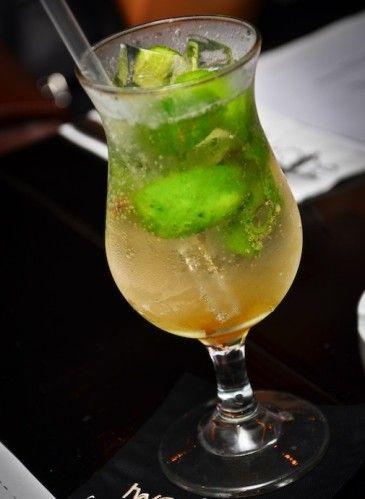 """A la demande générale je vous ai trouvé la recette du mojito sans alcool le """"Virgin Mojito"""" INGREDIENTS: - 6 cl de jus de pomme - 10 feuilles de menthe fraîche - 1/2 citron vert - eau gazeuse (Perrier par exemple) - 2 cuillères à café de sucre roux PREPARATION:..."""