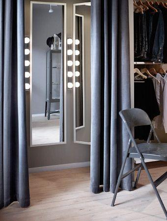 Umkleidekabine mit STAVE Spiegeln mit weißem Rahmen, verchromten MUSIK Wandleuchten und SANELA Gardinen in Grau