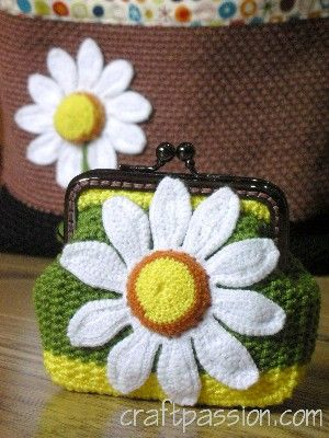 Crochetted Daisy Coin Purse | Free Pattern & Tutorial at CraftPassion ... www.craftpassion.com