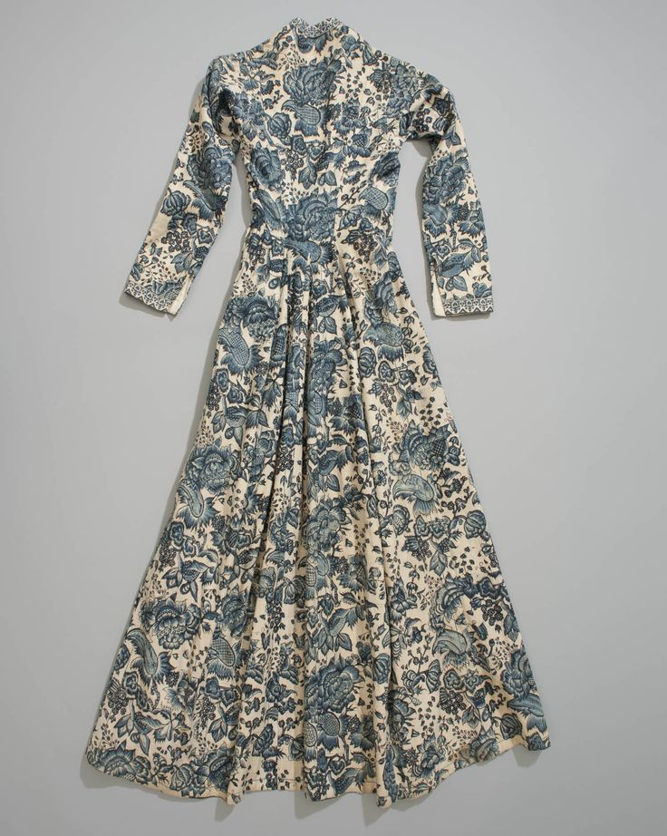 mourning dresse, Hindeloopen, NL 1750-1800...I believe we had a Loveseat with this color/pattern when I was growing up