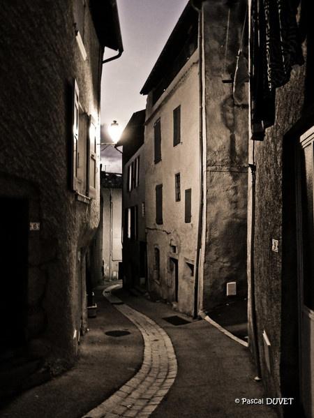 Petite ruelle dans le village de Volonne - Alpes de Haute Provence 04