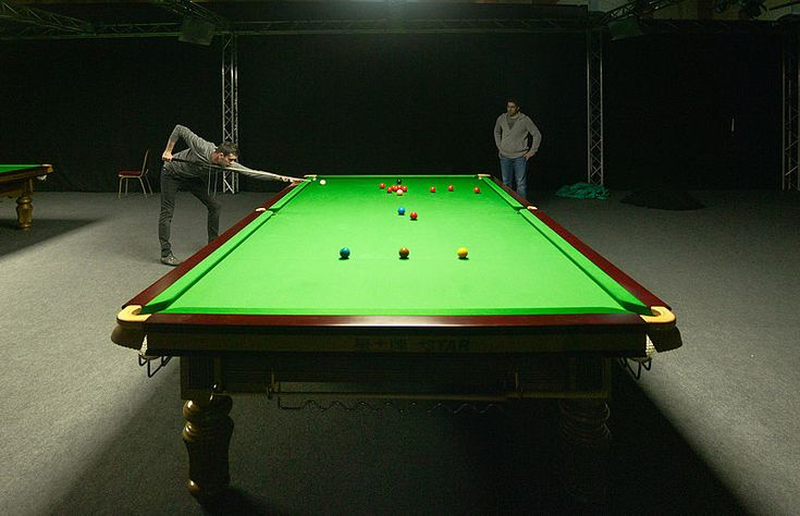 Mark Selby playing snooker.