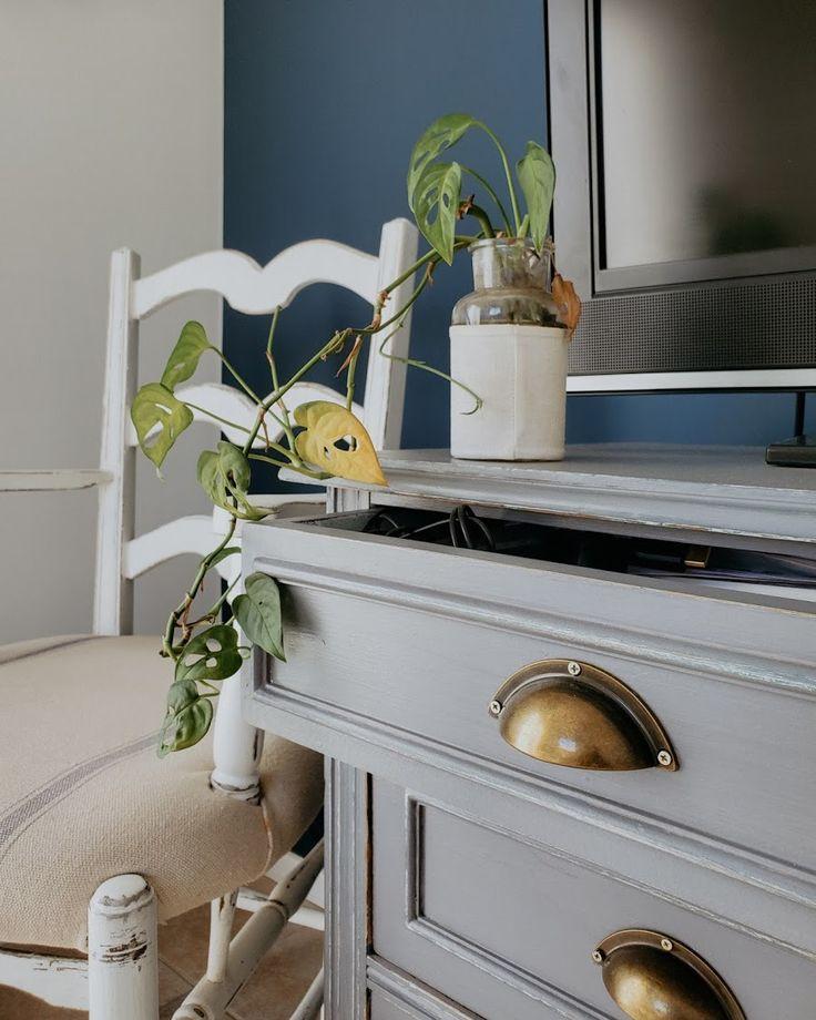 Proyecto azul: renovar un cuarto con color - halfpainted wall / Vero Palazzo - Home Deco Pantone, Palazzo, Nightstand, Table, Furniture, Home Decor, Color Of The Year, Shades Of Blue, Blue Nails