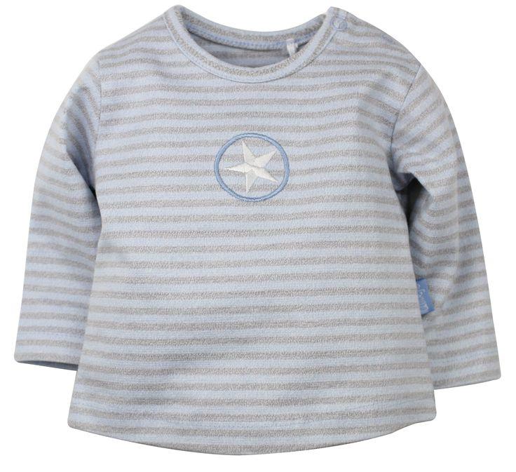 Jongens gestreepte tshirt van het merk Dirkje Dit is een licht blauw / grijs gestreepte tshirt met een ster. De shirt heeft lange mouwen en een ronde hals.