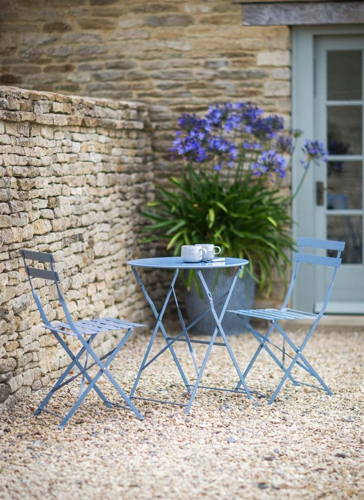 Finished in or lovely Dorset Blue, our Bistro Set Table & 2 Chairs is big on style and practicality