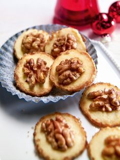 Nicht so süße Marzipankekse mit einer halben Walnuss - ein besonderer Genuss zum Glas Wein in der Vorweihnachtszeit
