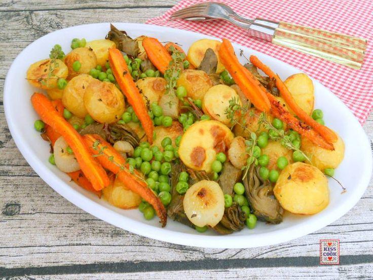 Verdure primaverili al forno, una semplicissima e facile ricetta con le verdure di stagione, ci sono patatine novelle, piccole carote, carciofi ecc.