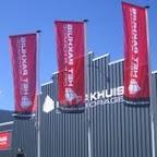 De vlaggen voor de vestiging van Pakhuis Opslag in Almelo, wapperen weer mooi in de zon!