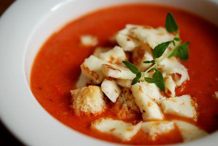 Det här är en riktigt fräsch härlig soppa med mkt smak!! (tror receptet kommer från Laga Lätt) God att toppa med krutonger och grillad halloumi. Somrigt så det förslår! Och ett glas vitt vin till b...