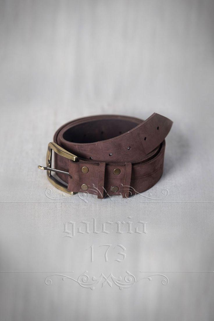 Curea   uni din piele naturala, lucrata manual,   cu catarama aurie, din metal plin. Lata de 4 cm si groasa de 2mm.