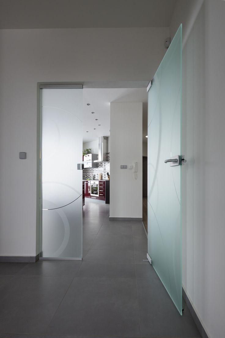 Skleněné dveře s bočním světlíkem.