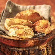 Éplucher les pommes, les tailler en quartiers et les arroser de jus de lime. Dans une poêle, faire chauffer le beurre et ajouter les pommes et le jus. Cuire jusqu'à évaporation complète du liquide. Ajouter le sirop et laisser légèrement caraméliser. Avec une fourchette, écraser grossièrement les pommes et réserver.  Étendre la pâte feuilletée et la couper en ronds d'environ 12 cm (5 po). Avec un pinceau, badigeonner de jaune d'oeuf dilué le tour du rond, déposer au centre 30 ml (2 c. à…