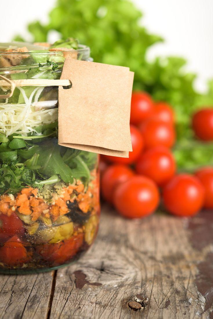 Pastasalade in a jar met linzen, kaas, tomaten, ham en wortel