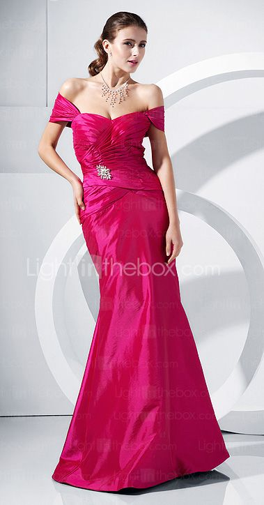It's not so common to find  fuchsia dresses but when you do, they look so chic and modern, right? Love the detail of covering the upper arms. Repin if you also like it.