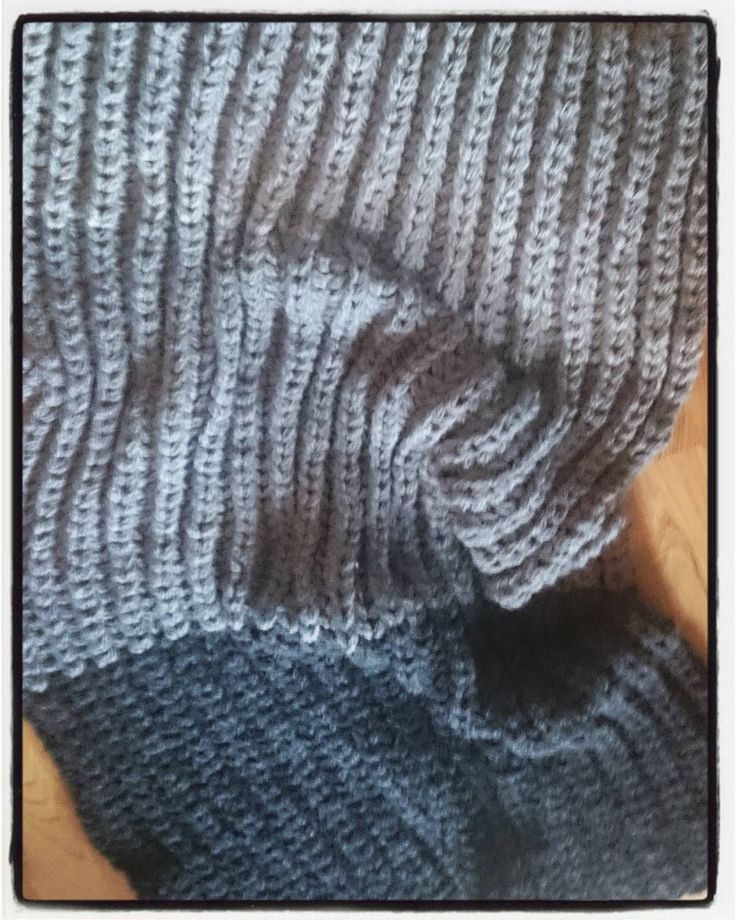 Pleddet ble ferdig i rett tid. Nå kan høsten starte! #pledd #strikket i #patent  #gigantgarn - først #fingerheklet og så strikket med #gigantpinner i Str 20 #husflid Tre gråfarver av #alpakka #garn fra @dropsdesign kjøpt på @kreativroros :-D