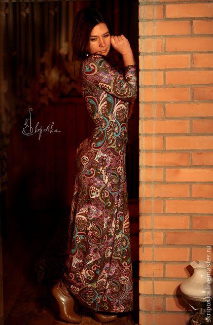 Платье `Пейсли`. Платье из тонкого вискозного трикотажа. Удобное, как и большинство трикотажных вещей. Эластан в составе ткани помогает избегать нежелательного растягивания и обеспечивает хорошую посадку по фигуре.