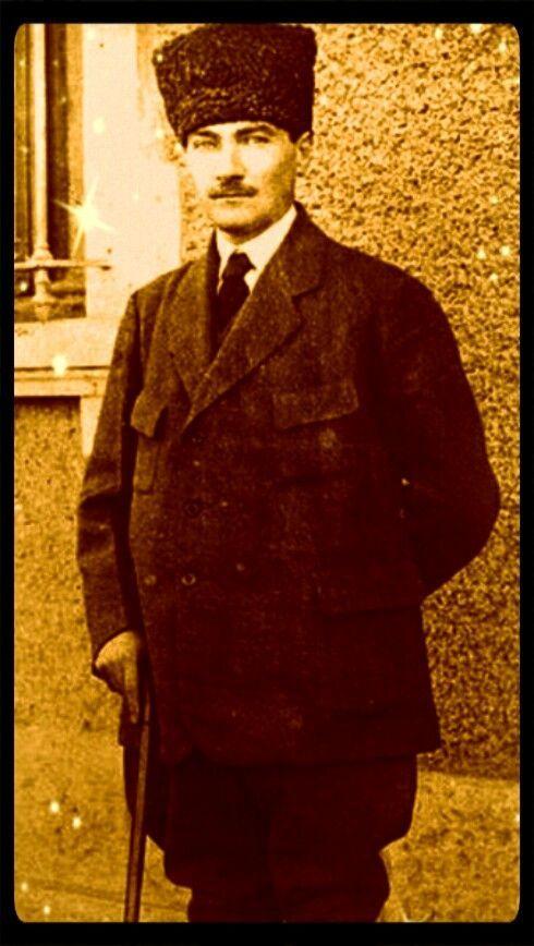 """● İki Mustafa Kemal vardır: Biri ben, et ve kemik, geçici Mustafa Kemal... İkinci Mustafa Kemal, onu """"ben"""" kelimesiyle ifade edemem; o, ben değil, bizdir! O, memleketin her köşesinde yeni fikir, yeni hayat ve büyük ülkü için uğraşan aydın ve savaşçı bir topluluktur. Ben, onların rüyasını temsil ediyorum. Benim teşebbüslerim, onların özlemini çektikleri şeyleri tatmin içindir. O Mustafa Kemal sizsiniz, hepinizsiniz. Geçici olmayan, yaşaması ve başarılı olması gereken Mustafa Kemal odur!"""