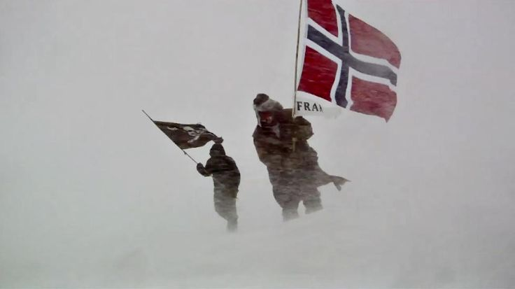 """Jarle Andhøy Messi and Samuel were not """"Berserk"""" on its final journey. They went to the South Pole where they planted the Norwegian flag in honor of the 100th anniversary of Roald Amundsen's expedition. Photo: TV Norway."""